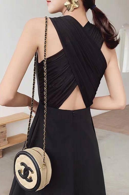 Đầm đen chéo lưng đơn giản 4