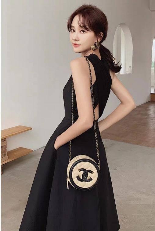 Đầm đen chéo lưng đơn giản 5